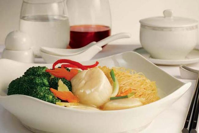가리비, 야채를 곁들인 국수요리