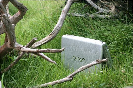 인생이라는 거친 환경의 정글에서 사용자의 생존을 도와줄 것 같은 포스의 VGN-CR355/S 실버 리자드