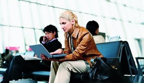 출장 중에 공항에서 노트북 컴퓨터로 업무를..