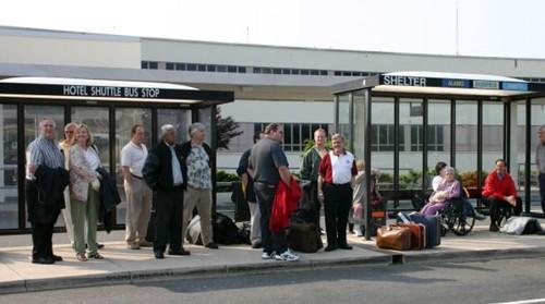 호텔 셔틀버스를 기다리는 사람들..